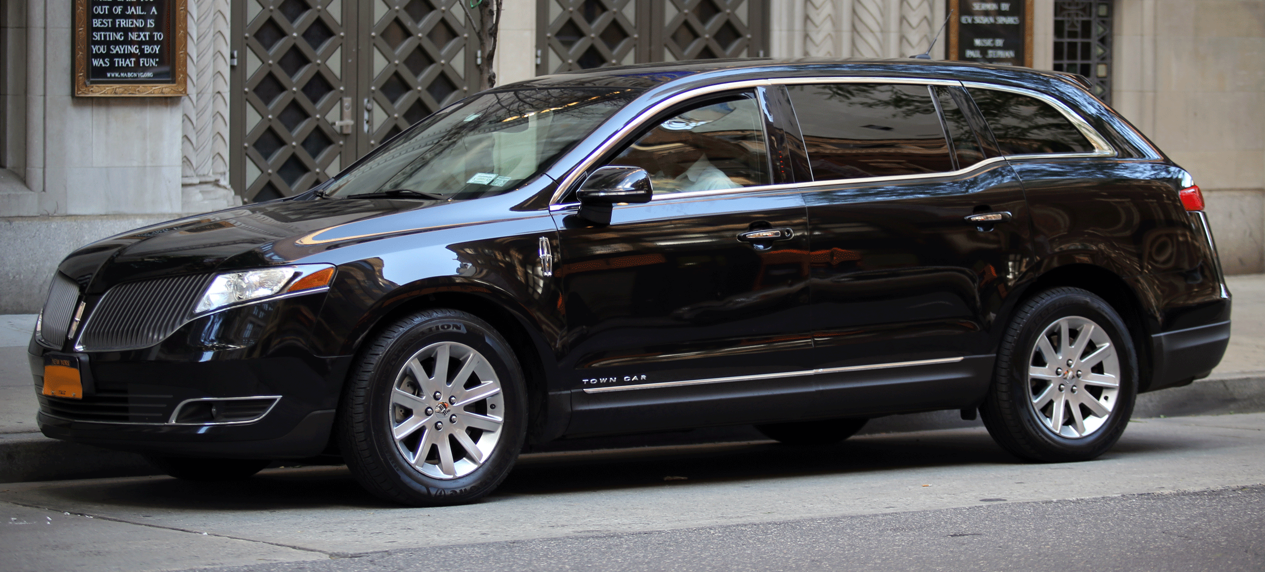 2013_Lincoln_Mk_T_Town_Car_